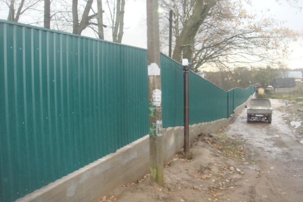 забор из профнастила на неровном участке фото существующей